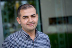 Ahmed helpt mee: 'Er is een tekort aan personeel, dus mijn bijdrage is cruciaal'